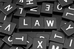 Μαύρα κεραμίδια επιστολών που συλλαβίζουν τη λέξη & x22 law& x22  Ελεύθερη απεικόνιση δικαιώματος