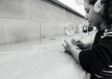μαύρα κορίτσια έθνους και νέο iPhone 8 και iPhone 8 συν σε Appl Στοκ φωτογραφία με δικαίωμα ελεύθερης χρήσης