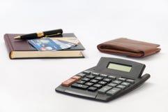 Μαύρα μάνδρα και σημειωματάριο με τις πιστωτικές κάρτες, το πορτοφόλι και τον υπολογιστή Στοκ φωτογραφία με δικαίωμα ελεύθερης χρήσης