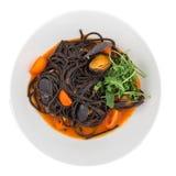 Μαύρα μακαρόνια ζυμαρικών με τα θαλασσινά Στοκ Φωτογραφίες