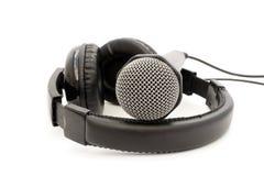 Μαύρα μικρόφωνο και ακουστικά δέρματος Στοκ φωτογραφία με δικαίωμα ελεύθερης χρήσης