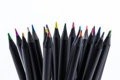 Μαύρα μολύβια χρώματος πολύς διαφορετικός που χρωματίζεται με το άσπρο υπόβαθρο στοκ φωτογραφίες