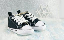 Μαύρα πάνινα παπούτσια μωρών Στοκ φωτογραφία με δικαίωμα ελεύθερης χρήσης