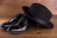 Μαύρα παπούτσια δέρματος διπλωμάτων ευρεσιτεχνίας στο πάτωμα Στοκ εικόνες με δικαίωμα ελεύθερης χρήσης