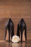 Μαύρα παπούτσια δέρματος διπλωμάτων ευρεσιτεχνίας στο πάτωμα Στοκ φωτογραφίες με δικαίωμα ελεύθερης χρήσης