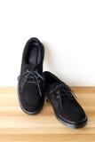 Μαύρα παπούτσια δέρματος στο ξύλινο υπόβαθρο ραφιών Στοκ εικόνα με δικαίωμα ελεύθερης χρήσης