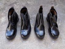Μαύρα παπούτσια ασφάλειας που ξεραίνουν στον ήλιο Στοκ Εικόνα