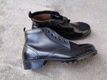 Μαύρα παπούτσια ασφάλειας που ξεραίνουν στον ήλιο Στοκ Φωτογραφίες