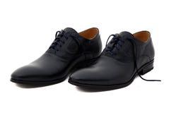Μαύρα παπούτσια ατόμων δέρματος διπλωμάτων ευρεσιτεχνίας που απομονώνονται στο λευκό Στοκ φωτογραφία με δικαίωμα ελεύθερης χρήσης