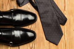 Μαύρα παπούτσια και ένας γκρίζος δεσμός στοκ εικόνες με δικαίωμα ελεύθερης χρήσης