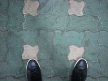 Μαύρα παπούτσια στο υπόβαθρο τσιμεντένιων ογκόλιθων Στοκ φωτογραφία με δικαίωμα ελεύθερης χρήσης