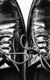 Μαύρα παπούτσια της Οξφόρδης στο άσπρο υπόβαθρο, παπούτσια δέρματος διπλωμάτων ευρεσιτεχνίας Στοκ φωτογραφίες με δικαίωμα ελεύθερης χρήσης