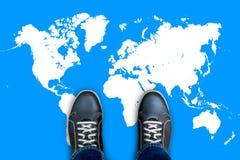 Μαύρα περιστασιακά παπούτσια που στέκονται στον παγκόσμιο χάρτη Στοκ εικόνες με δικαίωμα ελεύθερης χρήσης