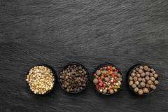 Μαύρα, πράσινα, ρόδινα, άσπρα και ευώδη σιτάρια πιπεριών στη στρογγυλή Ja στοκ εικόνα με δικαίωμα ελεύθερης χρήσης
