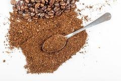 Μαύρα σιτάρια και Grinded καφέ Στοκ Εικόνες
