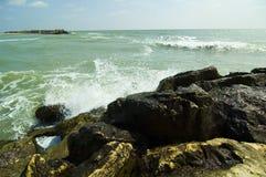 μαύρα συντρίβοντας κύματα θάλασσας Στοκ Εικόνες