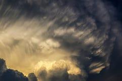 Μαύρα σύννεφα και δραματικό φως του ήλιου Στοκ φωτογραφίες με δικαίωμα ελεύθερης χρήσης