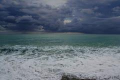 μαύρα σύννεφα πέρα από τη θάλα&s Στοκ φωτογραφία με δικαίωμα ελεύθερης χρήσης