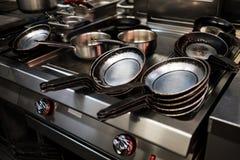Μαύρα τηγάνια μετάλλων στην κουζίνα εστιατορίων Στοκ Εικόνα