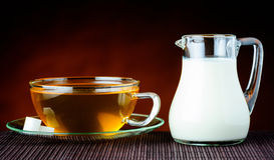 Μαύρα τσάι και γάλα Στοκ εικόνες με δικαίωμα ελεύθερης χρήσης