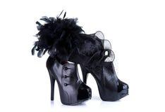 Μαύρα υψηλά θηλυκά παπούτσια τακουνιών και κομψό καπέλο φτερών Στοκ εικόνα με δικαίωμα ελεύθερης χρήσης
