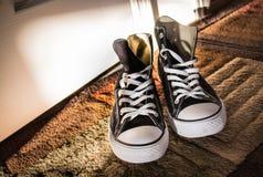 Μαύρα υψηλός-τοπ πάνινα παπούτσια Στοκ φωτογραφίες με δικαίωμα ελεύθερης χρήσης