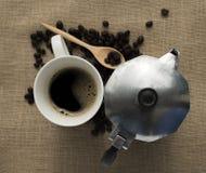 Μαύρα φλυτζάνι καφέ και δοχείο καφέ Στοκ εικόνα με δικαίωμα ελεύθερης χρήσης