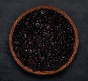 Μαύρα ψημένα φασόλια καφέ στο σκοτεινό υπόβαθρο Στοκ φωτογραφίες με δικαίωμα ελεύθερης χρήσης