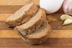 Μαύρα ψωμί, αυγό και σκόρδο Στοκ εικόνα με δικαίωμα ελεύθερης χρήσης