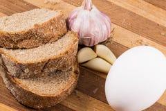 Μαύρα ψωμί, αυγό και σκόρδο Στοκ φωτογραφία με δικαίωμα ελεύθερης χρήσης