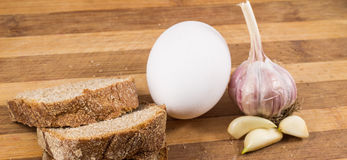 Μαύρα ψωμί, αυγό και σκόρδο Στοκ Φωτογραφία