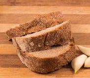Μαύρα ψωμί και σκόρδο στους πίνακες Στοκ εικόνες με δικαίωμα ελεύθερης χρήσης
