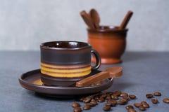 Μαύρα arabica φλυτζάνι καφέ και φασόλια καφέ στο γκρίζο πνεύμα υποβάθρου Στοκ φωτογραφία με δικαίωμα ελεύθερης χρήσης