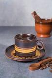 Μαύρα arabica φλυτζάνι καφέ και φασόλια καφέ στο γκρίζο πνεύμα υποβάθρου Στοκ Εικόνες