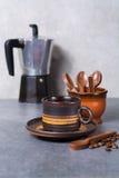 Μαύρα arabica φλυτζάνι καφέ και φασόλια καφέ στο γκρίζο πνεύμα υποβάθρου Στοκ εικόνες με δικαίωμα ελεύθερης χρήσης