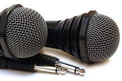 μαύρα karaoke μικρόφωνα δύο που συνδέονται με καλώδιο Στοκ Εικόνες