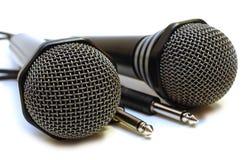 μαύρα karaoke μικρόφωνα δύο που συνδέονται με καλώδιο Στοκ φωτογραφία με δικαίωμα ελεύθερης χρήσης