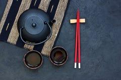 Μαύρα teapot και τσαγιού φλυτζάνια στον πίνακα πετρών Τοπ άποψη με το αντίγραφο s Στοκ Φωτογραφία
