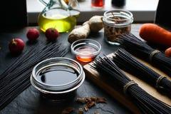Μαύρα vermicelli και λαχανικά ρυζιού στον πίνακα ασιατική κουζίνα Στοκ Φωτογραφίες