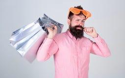 μαύρες αγορές Παρασκευή& Ευτυχείς αγορές με τις τσάντες εγγράφου δεσμών Ψωνίζοντας εθισμένος καταναλωτής Γενειοφόρος ένδυση hipst στοκ φωτογραφία με δικαίωμα ελεύθερης χρήσης