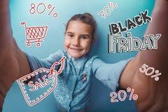 Μαύρες αγορές πώλησης έκπτωσης Παρασκευής εφήβων κοριτσιών Στοκ Εικόνες