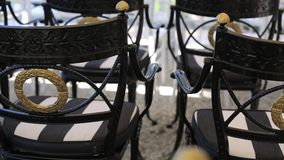 Μαύρες γαμήλιες διακοσμήσεις πολυθρόνων από το άσπρο και κόκκινο floristics τελετής λουλουδιών φιλμ μικρού μήκους