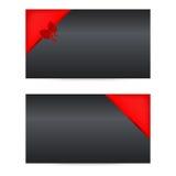 Μαύρες κάρτες δώρων με τις κόκκινες κορδέλλες Στοκ Φωτογραφίες