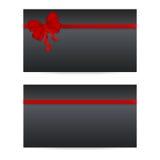 Μαύρες κάρτες δώρων με τις κόκκινες κορδέλλες Στοκ εικόνες με δικαίωμα ελεύθερης χρήσης