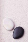 Μαύρες και μπεζ πέτρες στον κήπο χαλάρωσης zen Στοκ Εικόνα