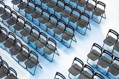 Μαύρες καρέκλες που τίθενται στο ακροατήριο, τοπ άποψη Στοκ Εικόνα