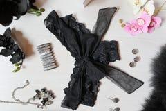 Μαύρες κιλότες δαντελλών με το μεγάλο τόξο σε ένα άσπρο υπόβαθρο Γυναίκες ` s Α Στοκ φωτογραφία με δικαίωμα ελεύθερης χρήσης