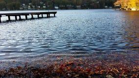 Μαύρες κυματισμένες κόκκινες ακτές Στοκ φωτογραφία με δικαίωμα ελεύθερης χρήσης