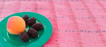 Μαύρες μουριές με το ροδάκινο Στοκ Φωτογραφίες