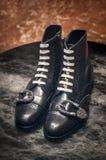 Μαύρες μπότες δέρματος ξοντρών παπούτσεων ατόμων της Gucci με την πολύ μοντέρνη πόρπη Στοκ Εικόνες